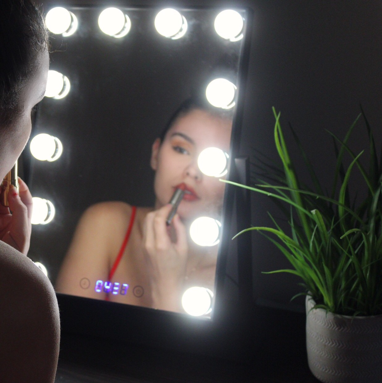 4 Makeup Lighting Tips, Makeup Lighting Tips, lighting applying makeup, vanity mirror, estala, estala skin care, estala mirror, Hollywood vanity mirror, lighted mirror